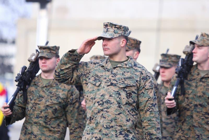Солдаты США принимают участие на военном параде стоковое изображение