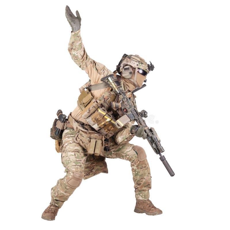 Солдат армии идя в изолированный нападением всход студии стоковые фото