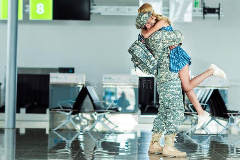 Солдат встречи жены на авиапорте стоковые изображения