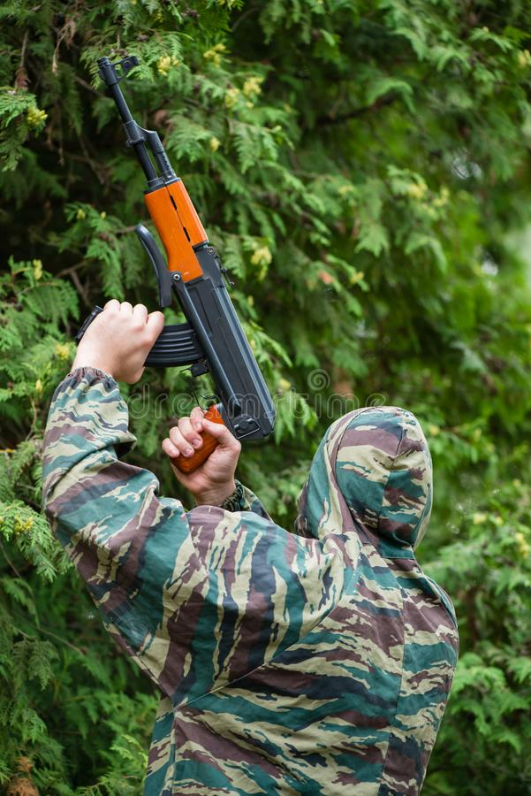Солдат в камуфлировании с оружием в его руке стоковая фотография rf