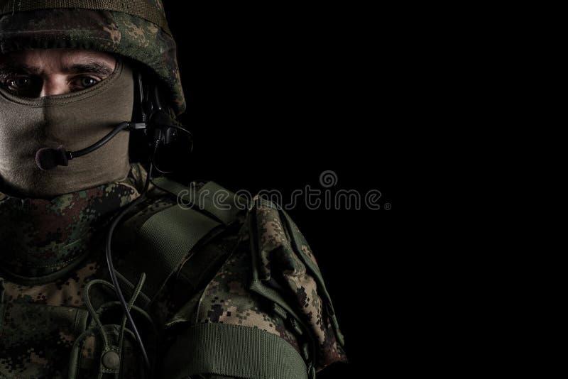 Солдат в шлеме на черной предпосылке стоковая фотография rf