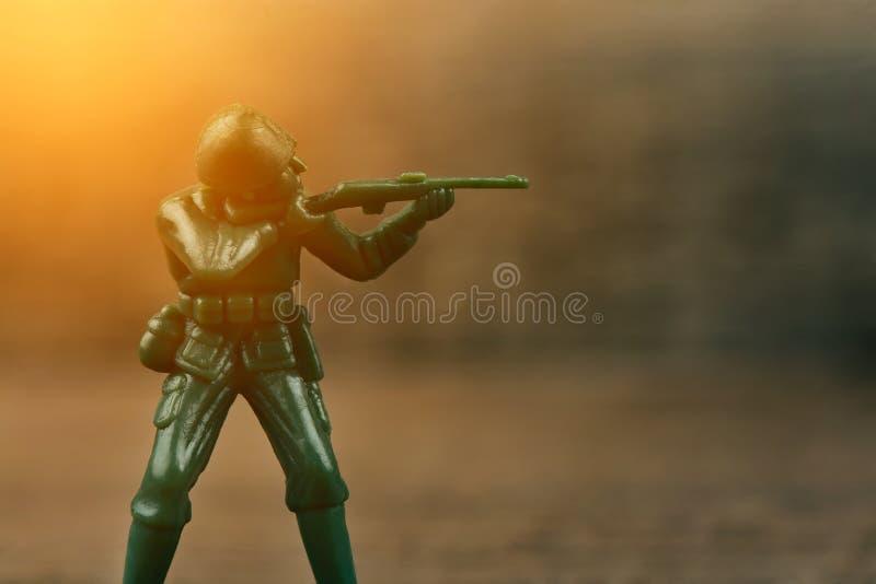 Солдат держа оружие направленный на врага стоковое фото