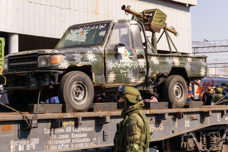 Солдат защищая themobile выставку трофеев русской армии во время сирийской кампании стоковые изображения