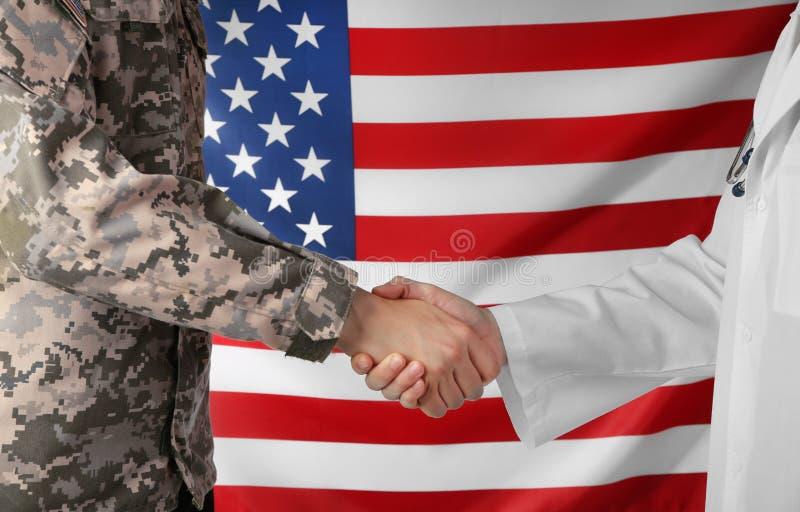 Солдат и доктор тряся руки на американце стоковая фотография rf