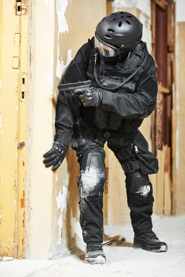Солдат полиции по борьбе с терроризмом подготовленный с пистолетом готовым для того чтобы атаковать стоковое изображение rf