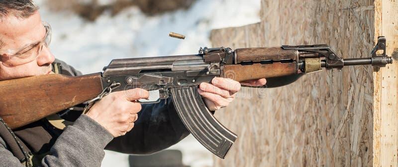 Солдат сил специального назначения в действии, стрельбе от пулемета винтовки стоковые изображения