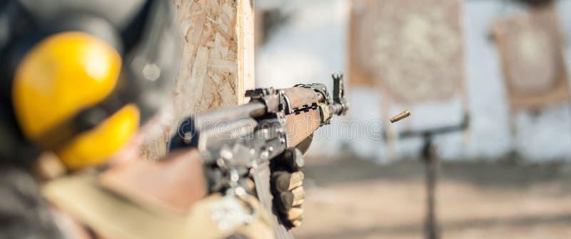 Солдат сил специального назначения в действии, стрельбе от пулемета винтовки стоковая фотография rf