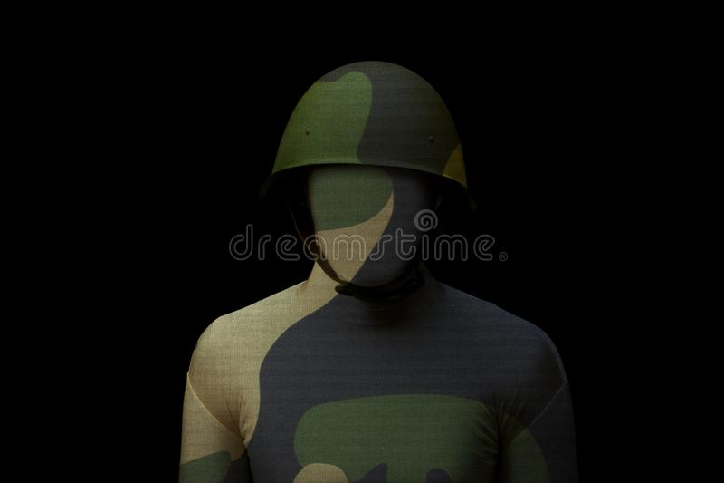 Солдат с камуфлированием джунглей на черной предпосылке стоковые фото