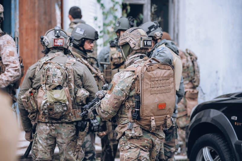 Солдат с медицинским рюкзаком стоковые изображения