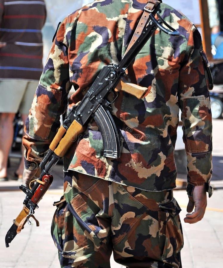 Солдат с пулеметами outdoors стоковое фото