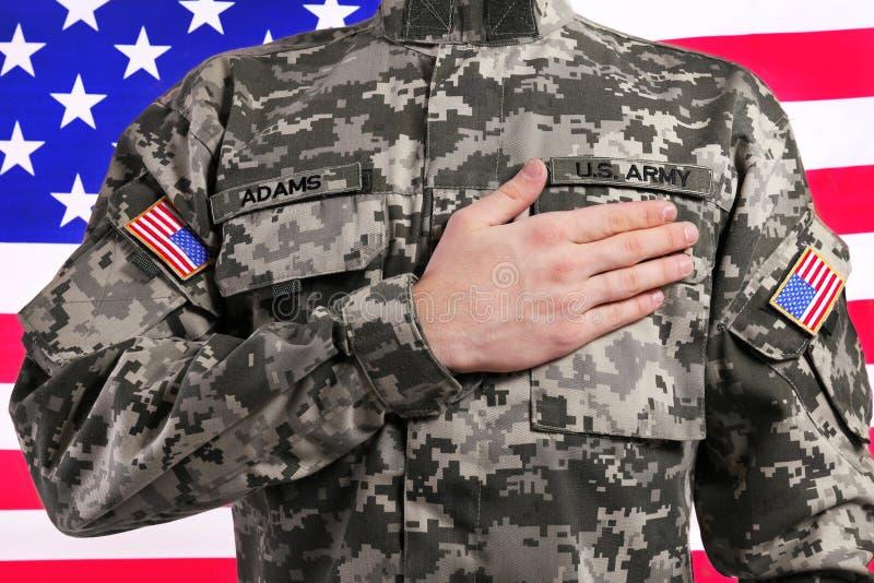 Солдат с рукой на сердце против США стоковое изображение rf