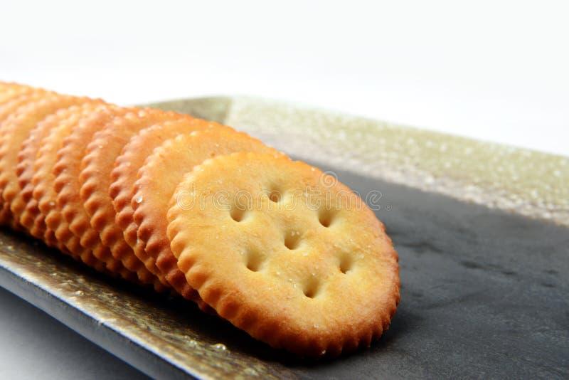 Соленые и хрустящие печенья в подносе на завтрак стоковая фотография rf