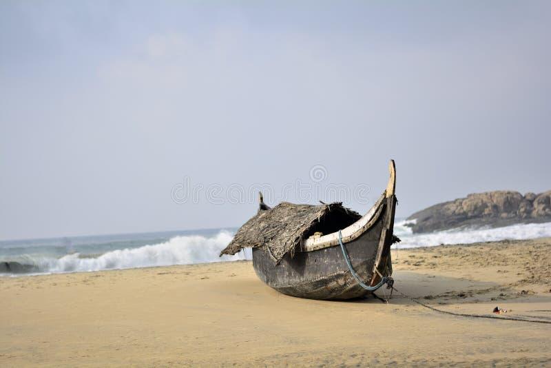 Солитарная рыбацкая лодка на пляже стоковые изображения
