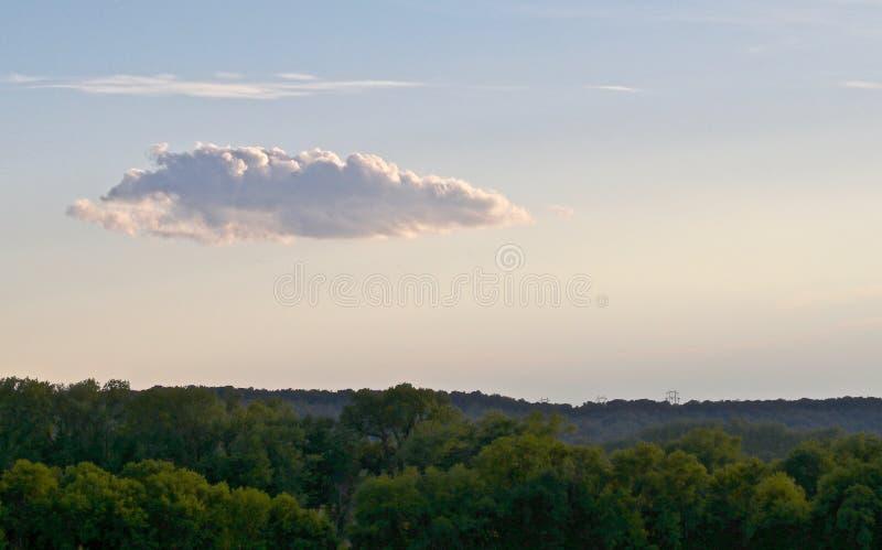 Солитарное облако на горизонте стоковые фотографии rf