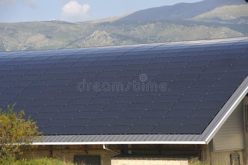 Солнечная крыша большой криволинейной поверхности на муниципальном здании стоковое изображение rf