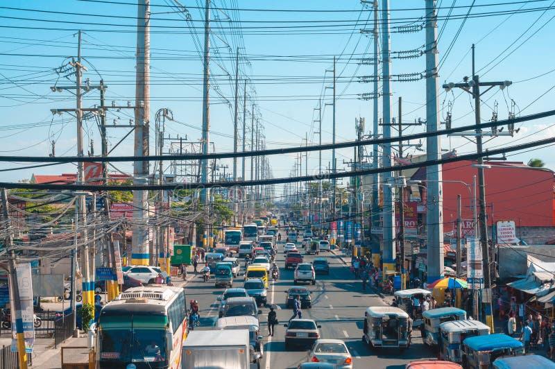 Солнечная погода в оживленном городе Бакур, Кавит Филиппины стоковая фотография rf