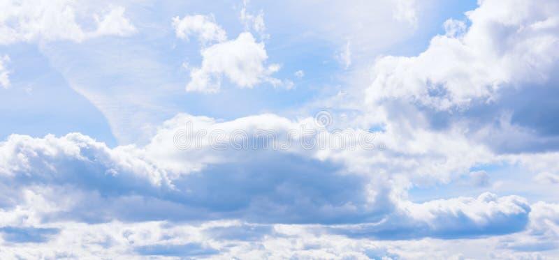 Солнечная предпосылка голубого неба с облаками Предпосылка голубого неба с пушистыми огромными облаками стоковое изображение