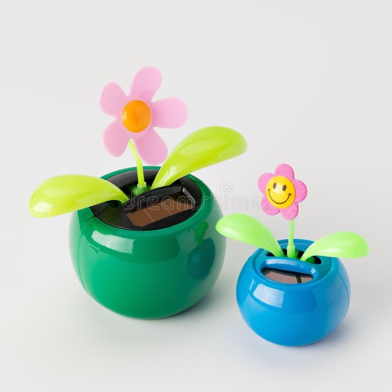 Солнечная приведенная в действие игрушка цветет на белой столешнице стоковые фото
