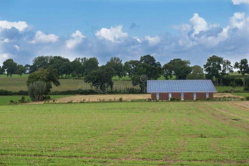 Солнечная система на здании - земледелие и возобновляющая энергия стоковые изображения rf