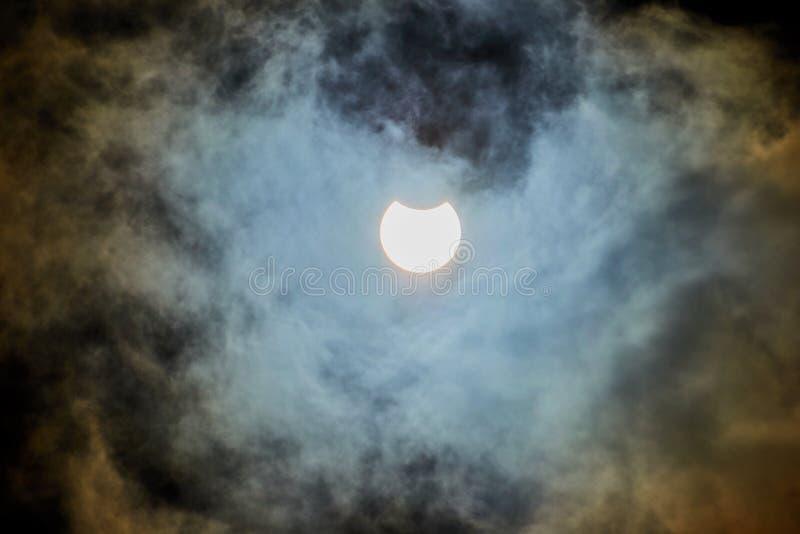 Солнечное затмение на пасмурный день стоковая фотография rf