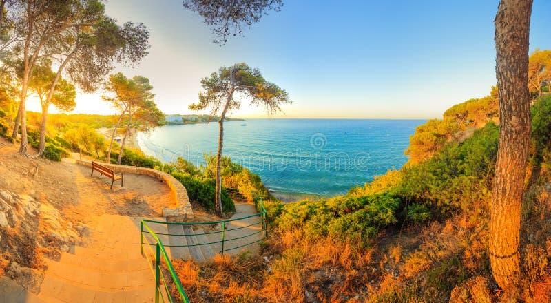 Солнечное утро на среднеземноморском взморье стоковые фото