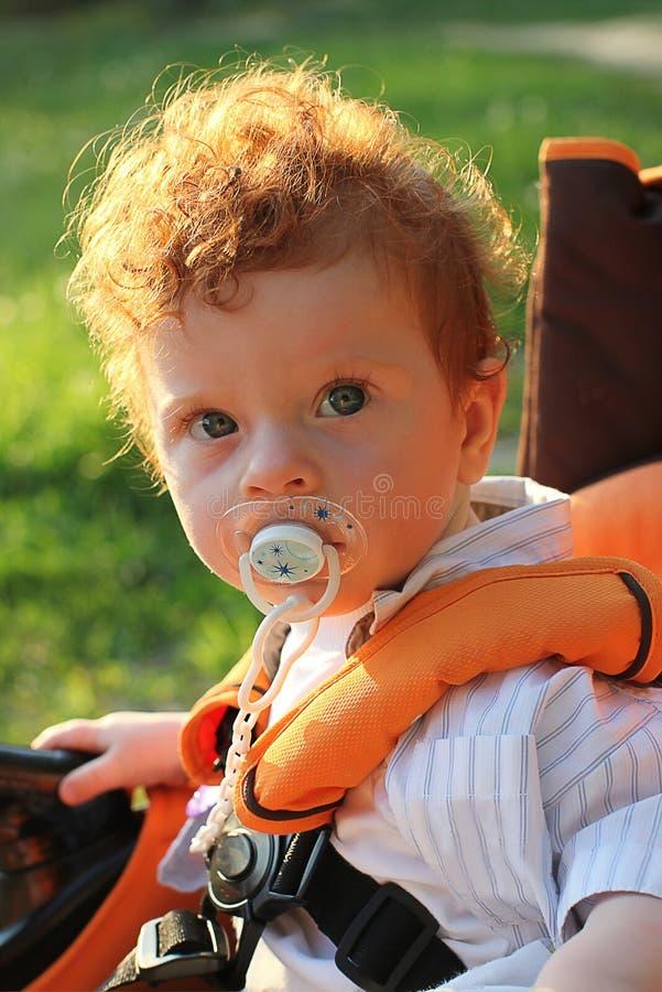 солнечность красивейшего мальчика с волосами красная стоковое изображение rf