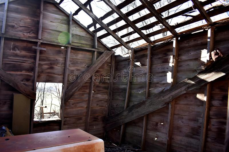Солнечность приходя внутри через крышу покинутого дома стоковое изображение rf