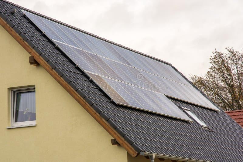 Солнечные коллекторы на сооруженной крыше для чистого электричества в частном домашнем хозяйстве стоковые фото