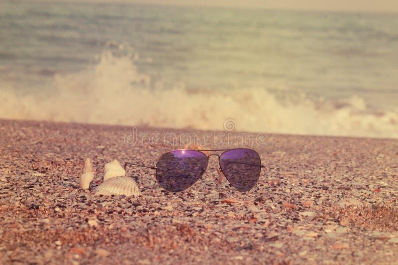 Солнечные очки аксессуаров лета в взморье приставают концепцию к берегу лета стоковые изображения