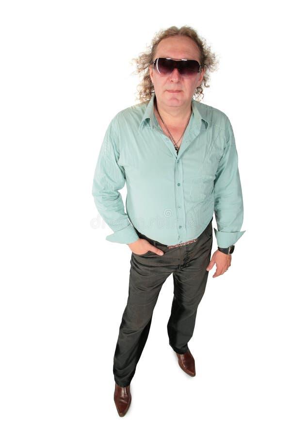 солнечные очки большого курчавого тучного человека стоящие стоковое изображение rf