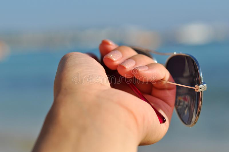 Солнечные очки в руке стоковая фотография rf