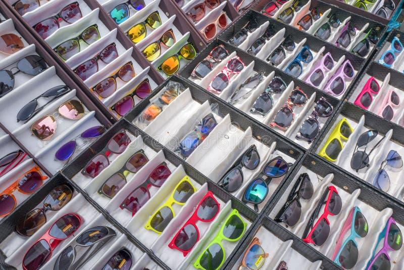 Солнечные очки в рынке стоковое фото