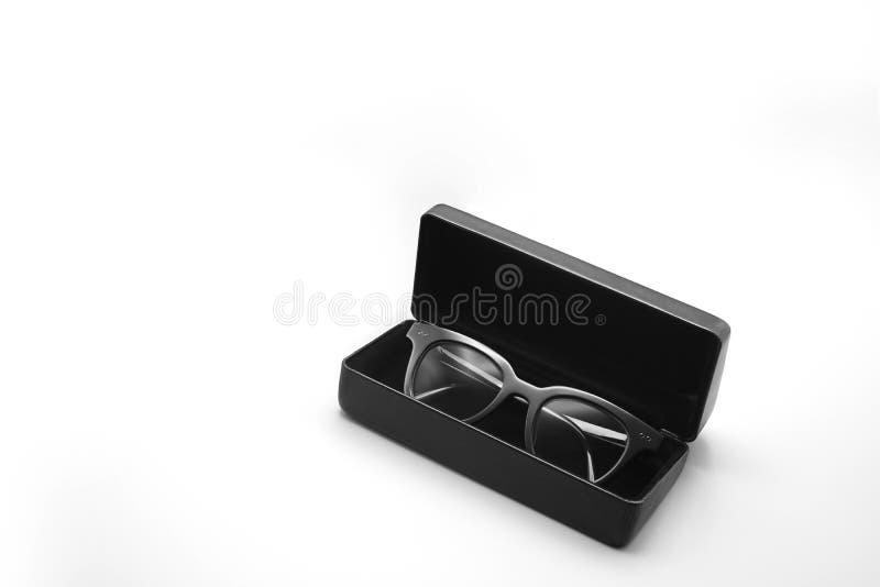 Солнечные очки в случае, белизна кожаной коробки упаковывая изолировали предпосылку стоковые фотографии rf