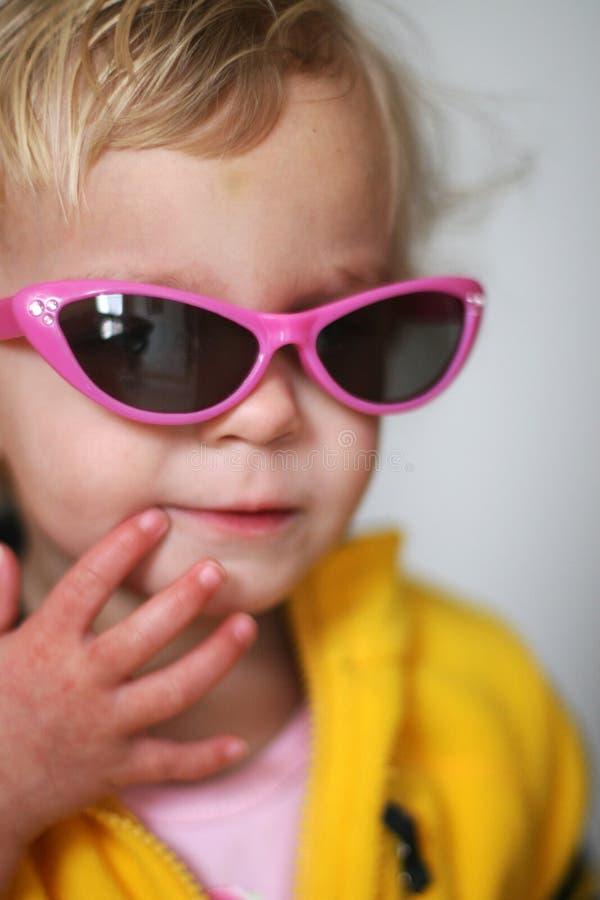 солнечные очки девушки маленькие стоковое фото