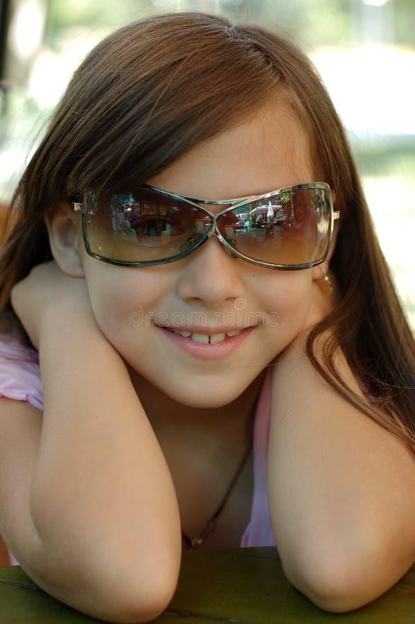 солнечные очки девушки молодые стоковая фотография