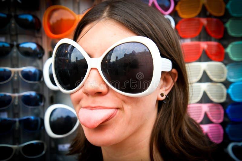 солнечные очки девушки придурковатые стоковое фото