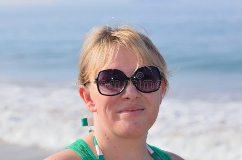 Солнечные очки и океан стоковое изображение