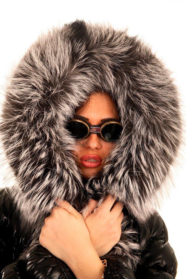 солнечные очки клобука девушки шерсти молодые стоковое изображение rf