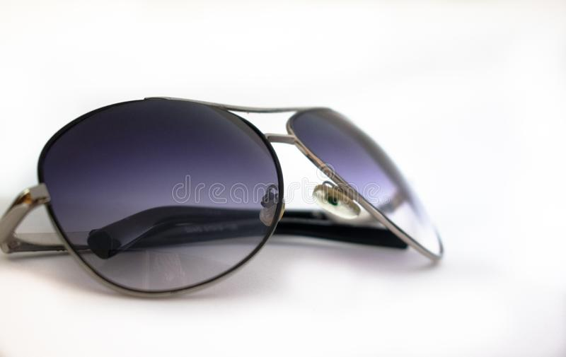 Солнечные очки на белой предпосылке 4 стоковое фото rf
