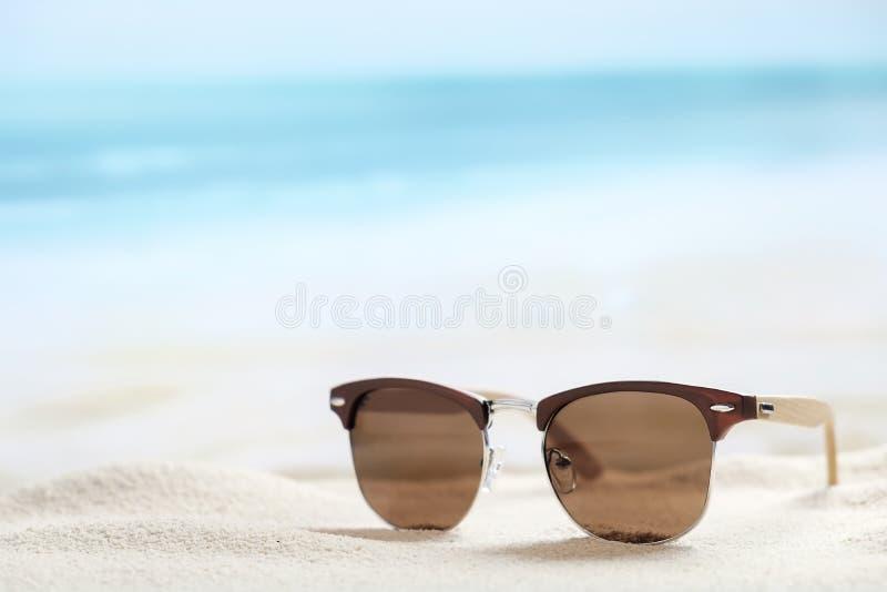 Солнечные очки на пляже стоковое фото