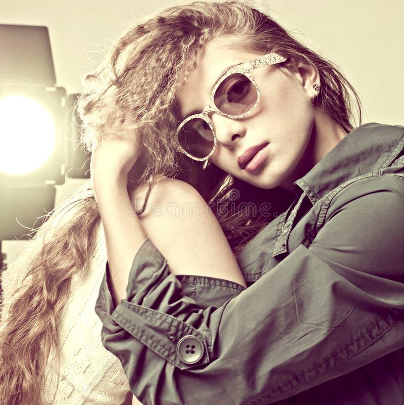 солнечные очки портрета способа нося женщину стоковое фото rf