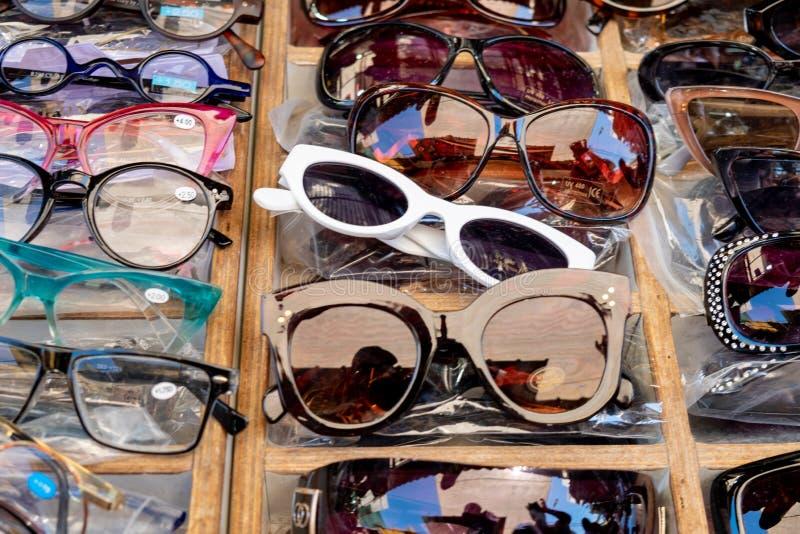 Солнечные очки проданные на местном рынке E стоковые фото