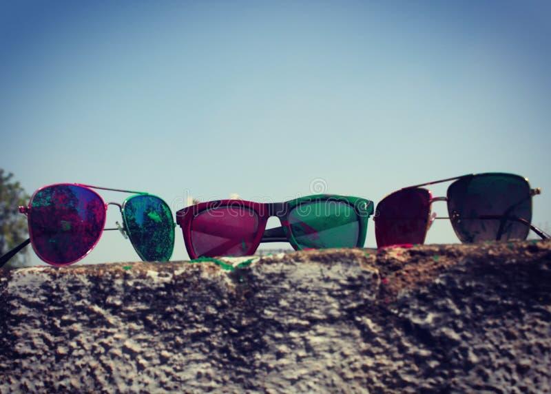 Солнечные очки Holi стоковые фотографии rf