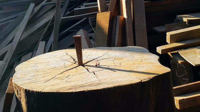 Солнечные часы используя журнал woodden стоковая фотография rf