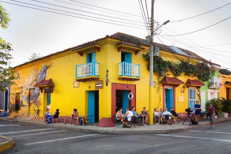 Солнечный бар на районе Getsemani, Cartagena, Колумбии стоковая фотография rf