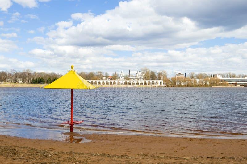 Солнечный день в апреле на реке Volkhov Взгляд Yaroslavo Dvorishche novgorod Россия veliky стоковое фото rf