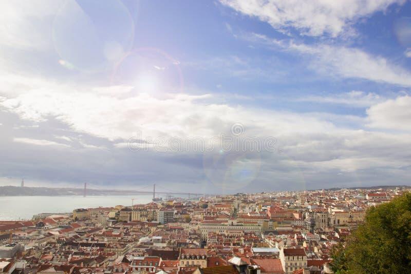 Солнечный день в Лиссабоне Панорамный вид красных крыш и голубого неба с красочными световыми эффектами стоковое изображение