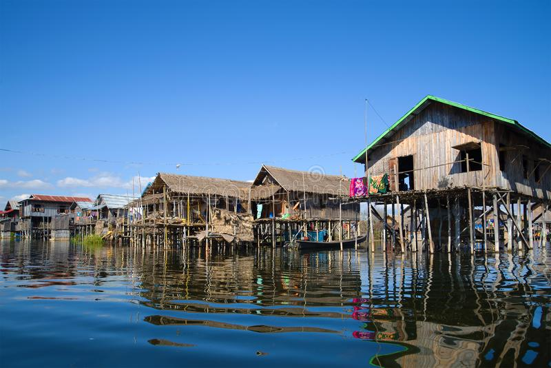 Солнечный день в рыбацком поселке на озере Inle Бирма стоковые фотографии rf