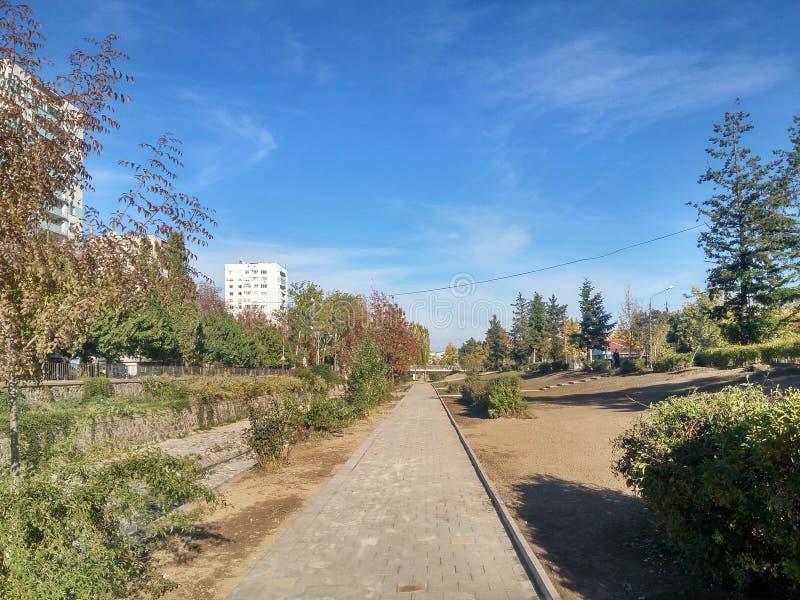 Солнечный день в Kyustendil Болгарии рядом с рекой стоковое изображение