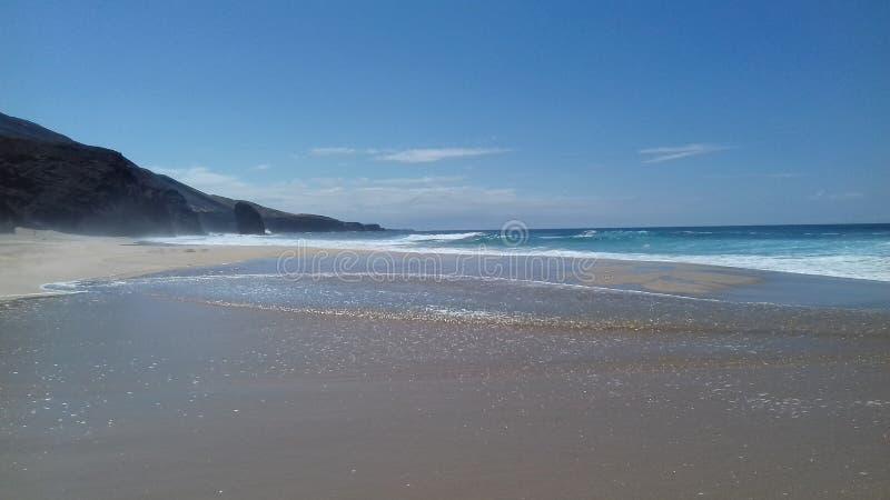 Солнечный день на кристалле пляжа - чистой воде стоковые изображения rf